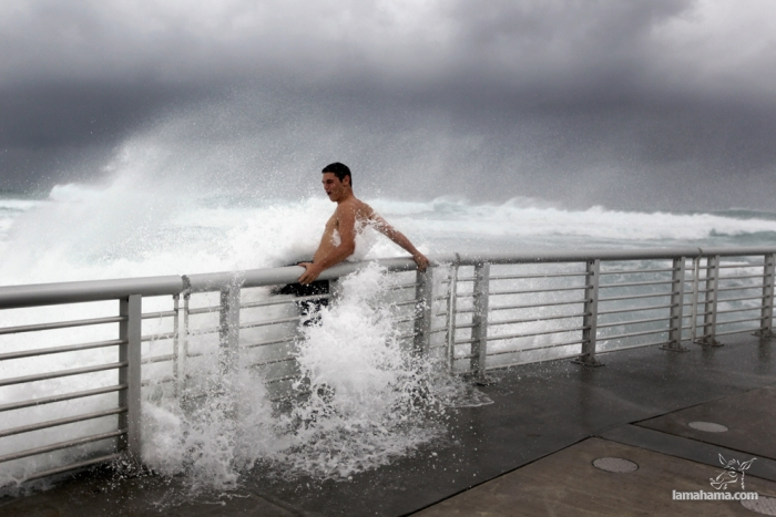 People having fun with Hurricane Irene - Pictures nr 1