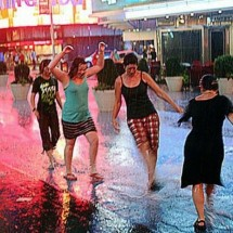 People having fun with Hurricane Irene - Pictures nr 15