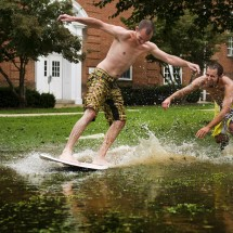 People having fun with Hurricane Irene - Pictures nr 7