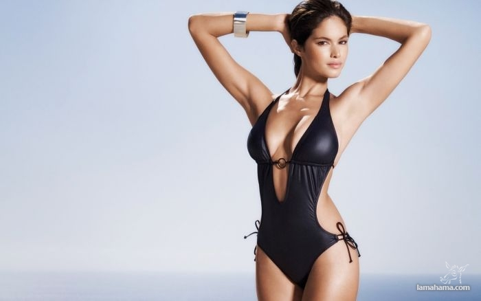 Girls in one-piece swimsuits - Pictures nr 1