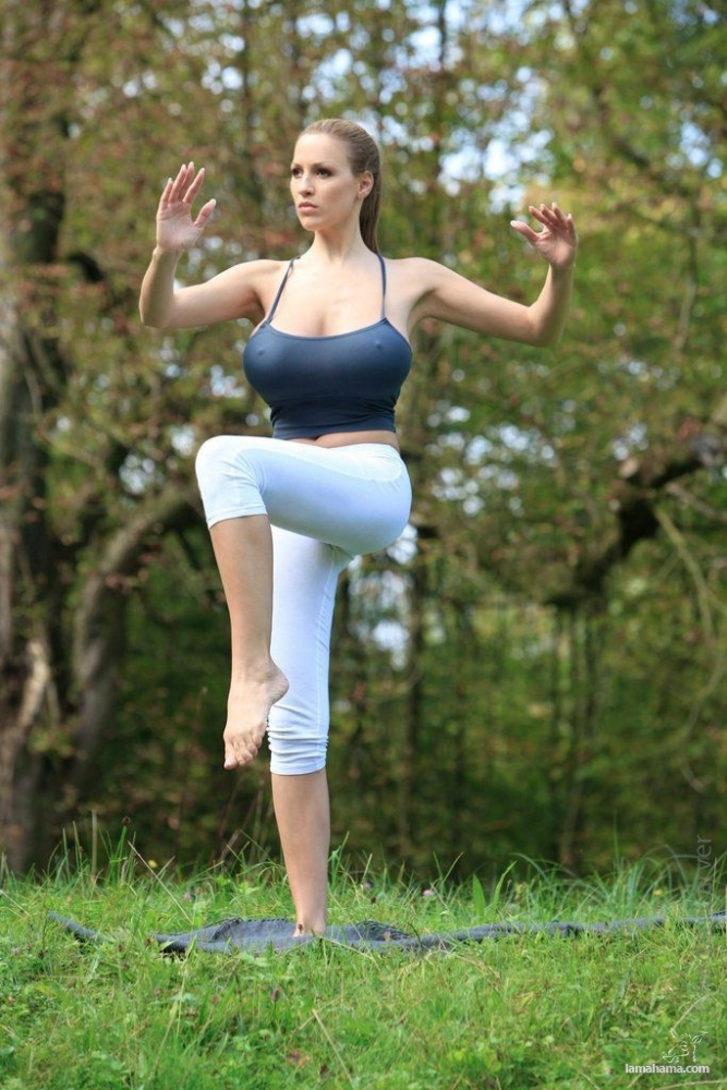 Morning Yoga with Jordan Carver - Pictures nr 12