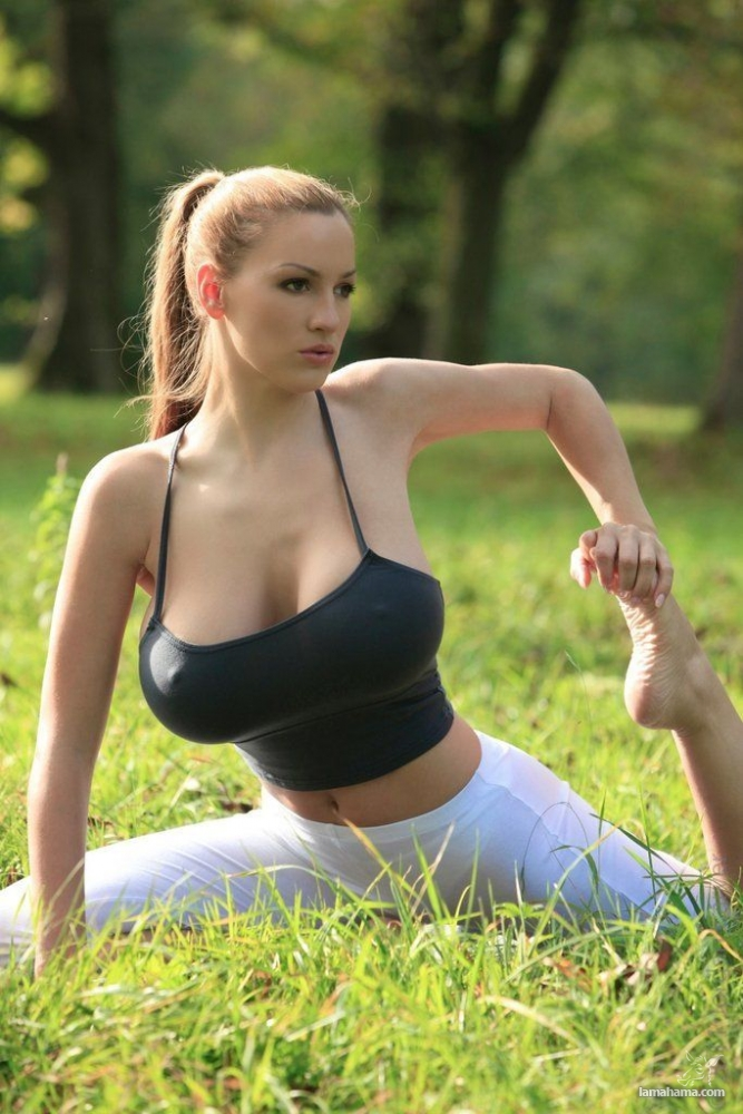 Morning Yoga with Jordan Carver - Pictures nr 6