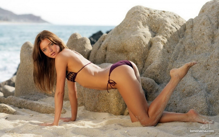 девушки на пляже модели видео