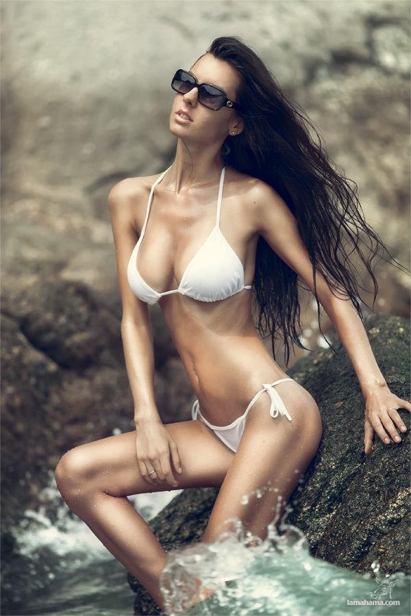בחורות עם בגד ים חוטיני לבוש סקסי