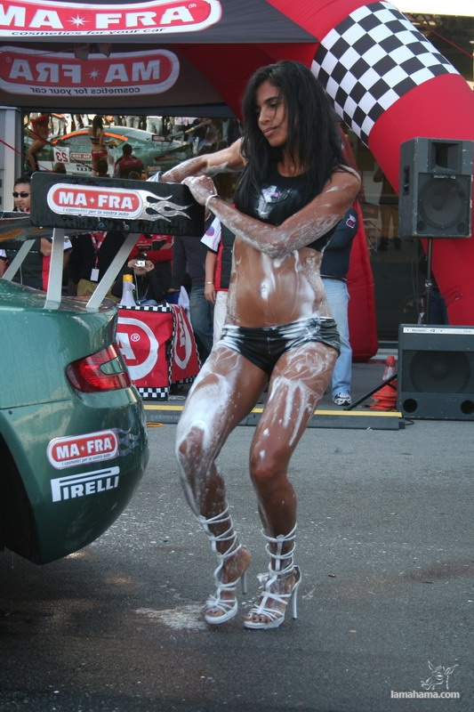 Sexy girls washing cars - Pictures nr 20