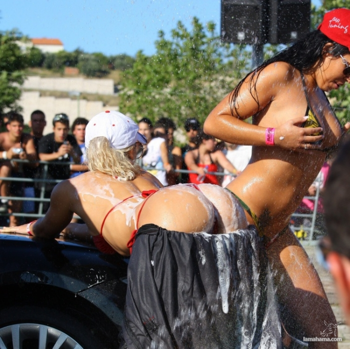 Sexy girls washing cars - Pictures nr 51
