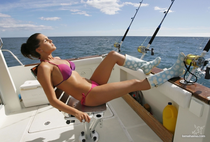 Girls fishing in bikini - Pictures nr 1