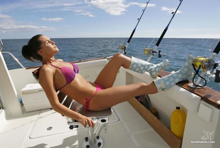 Girls fishing in bikini - Pictures nr 1